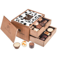 belgian pralines, belgian chocolate, elegance pralines, chocolate pralines, gift for football fan, present for soccer fan, chocolate for men, chocolate for boy, chocolate for husband, wooden box, luxury pralines