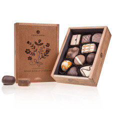 belgian pralines, belgian chocolate, elegance pralines, chocolate pralines, gift for women, present for weeding, chocolate for girl, chocolate congratulation, chocolate for mother, chocolate for granny, chocolate present, wooden box, luxury pralines