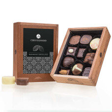 belgian pralines, chocolate pralines, gift for Christmas, Xmas decoration, charming gift for xmas, lovely pralines as a christmas present, non-alcoholic chocolate pralines, original gift, luxury chocolate,